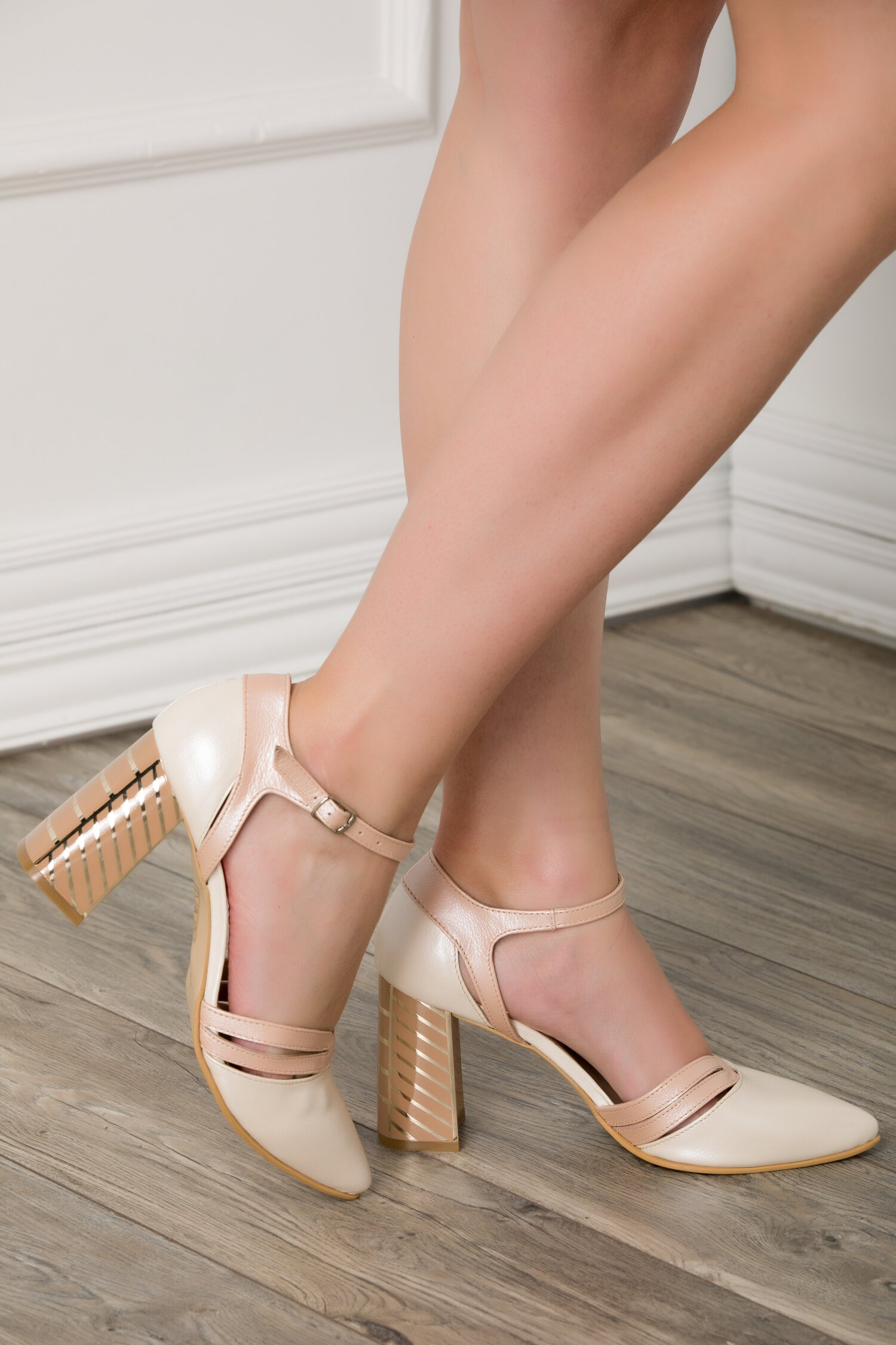 Pantofi albi cu roz perlat si toc gros cu imprimeu in dungi aurii imagine