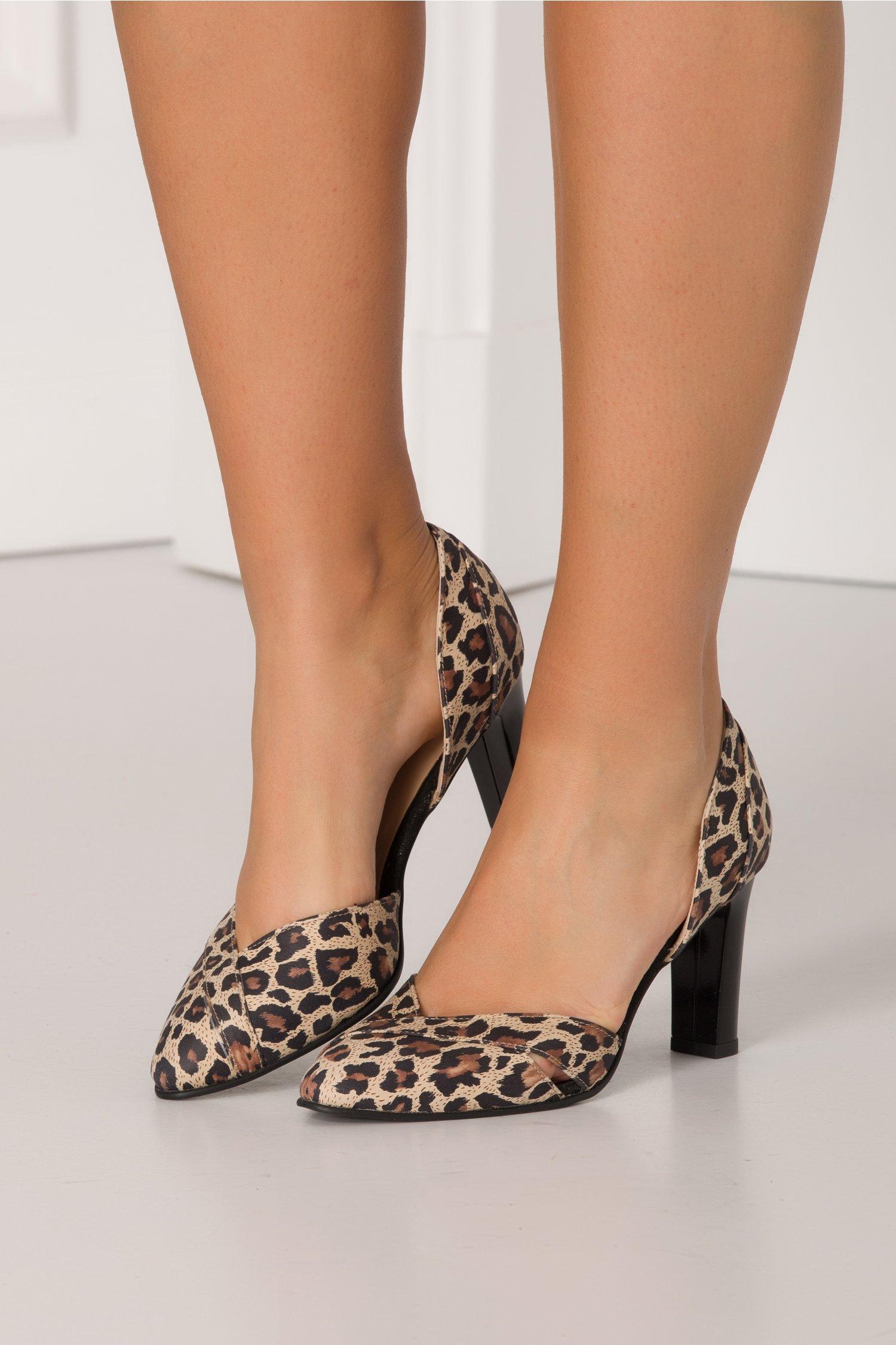 Pantofi animal print decupati in lateral