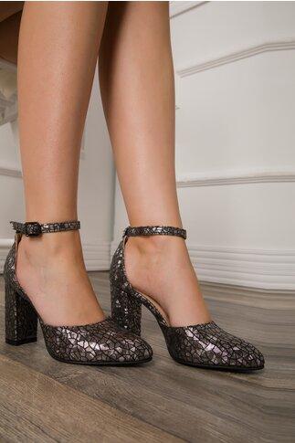 Pantofi argintii cu detalii stralucitoare