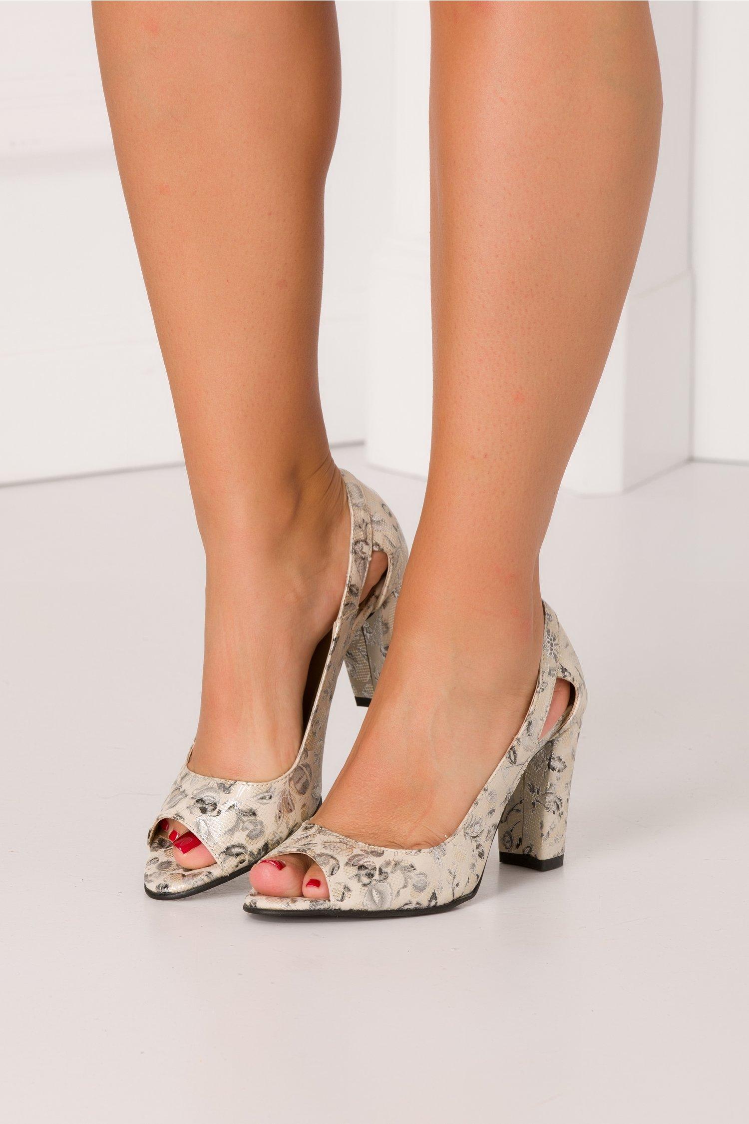 Pantofi bej cu insertii florale argintii