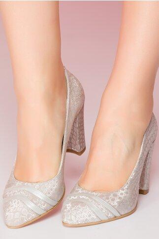 Pantofi bej cu toc gros si detalii argintii