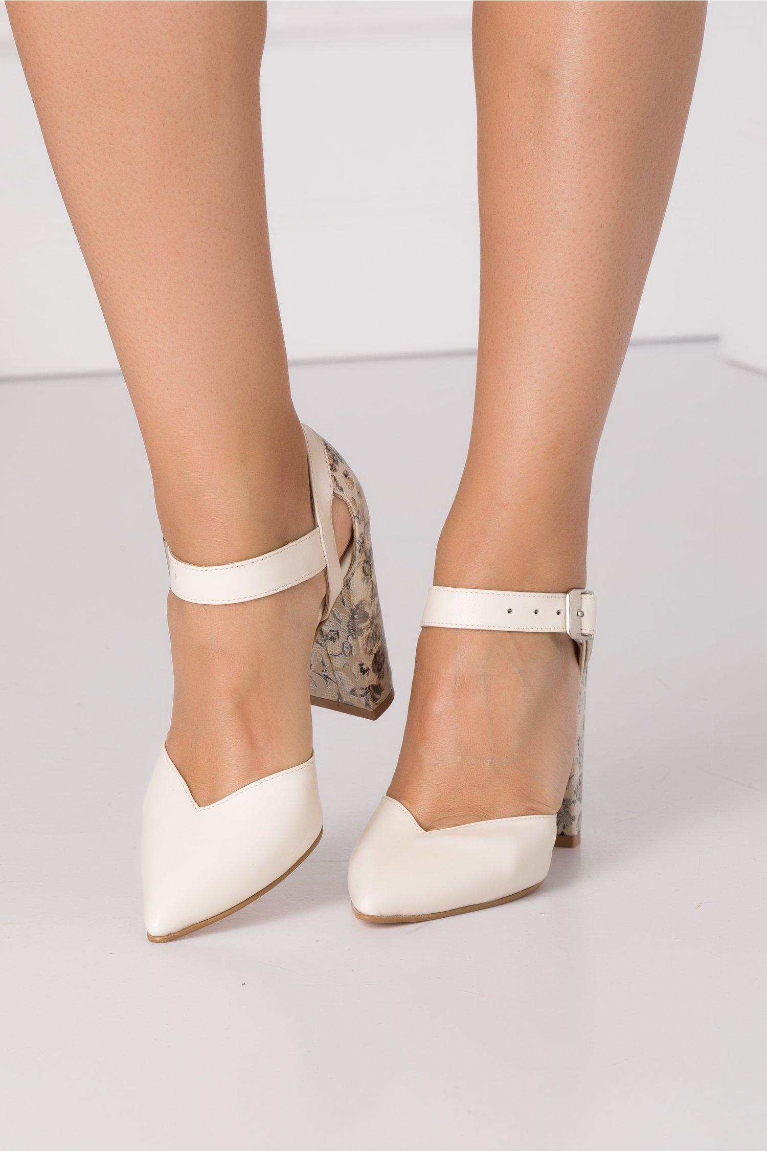 Pantofi bej decupati cu imprimeu floral in partea din spate