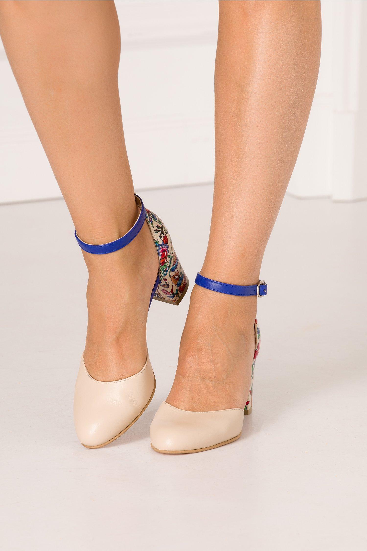 Pantofi bej decupati cu imprimeu floral multicolor in partea din spate