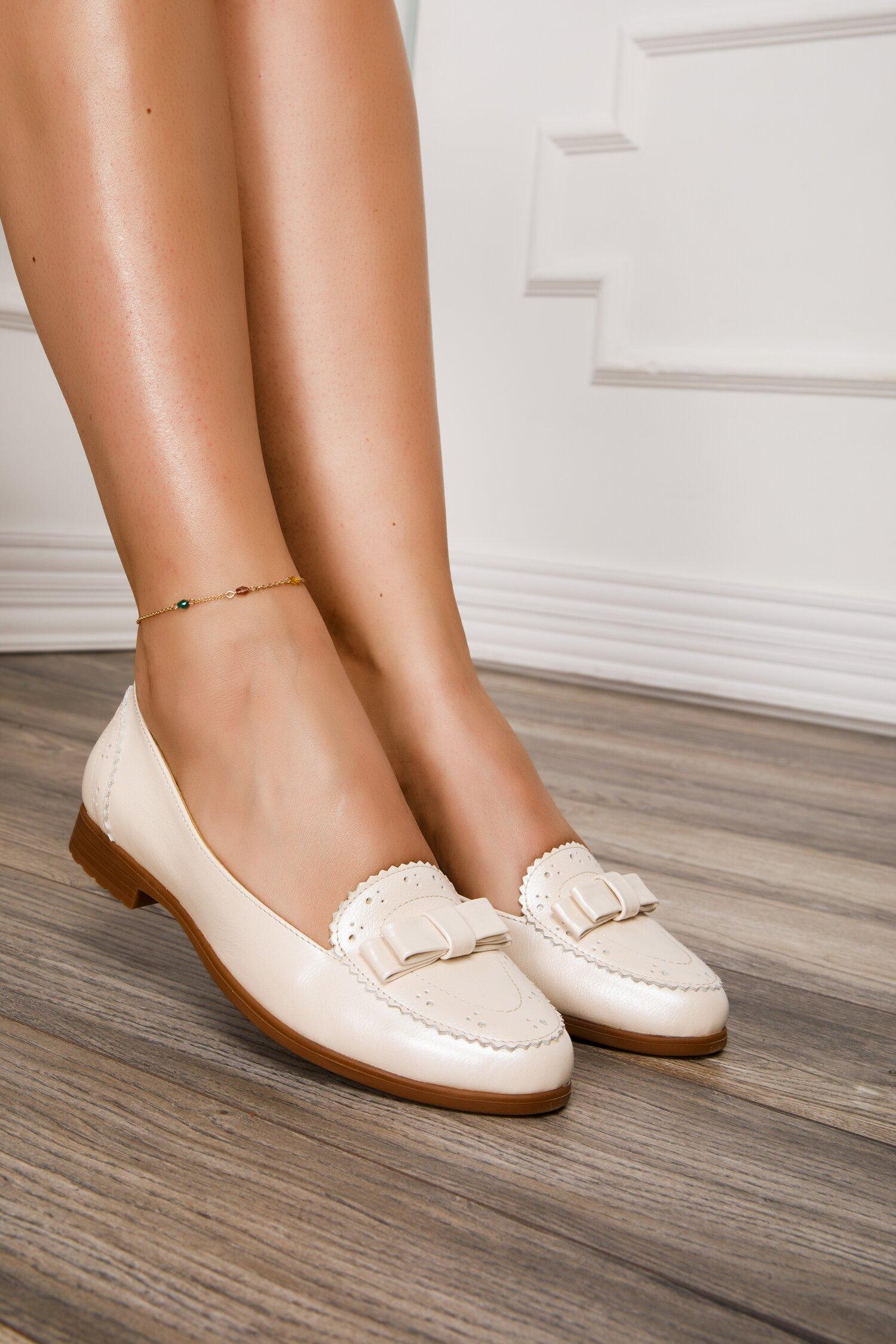 Pantofi bej sidefat cu fundita la varf si design cu perforatii imagine