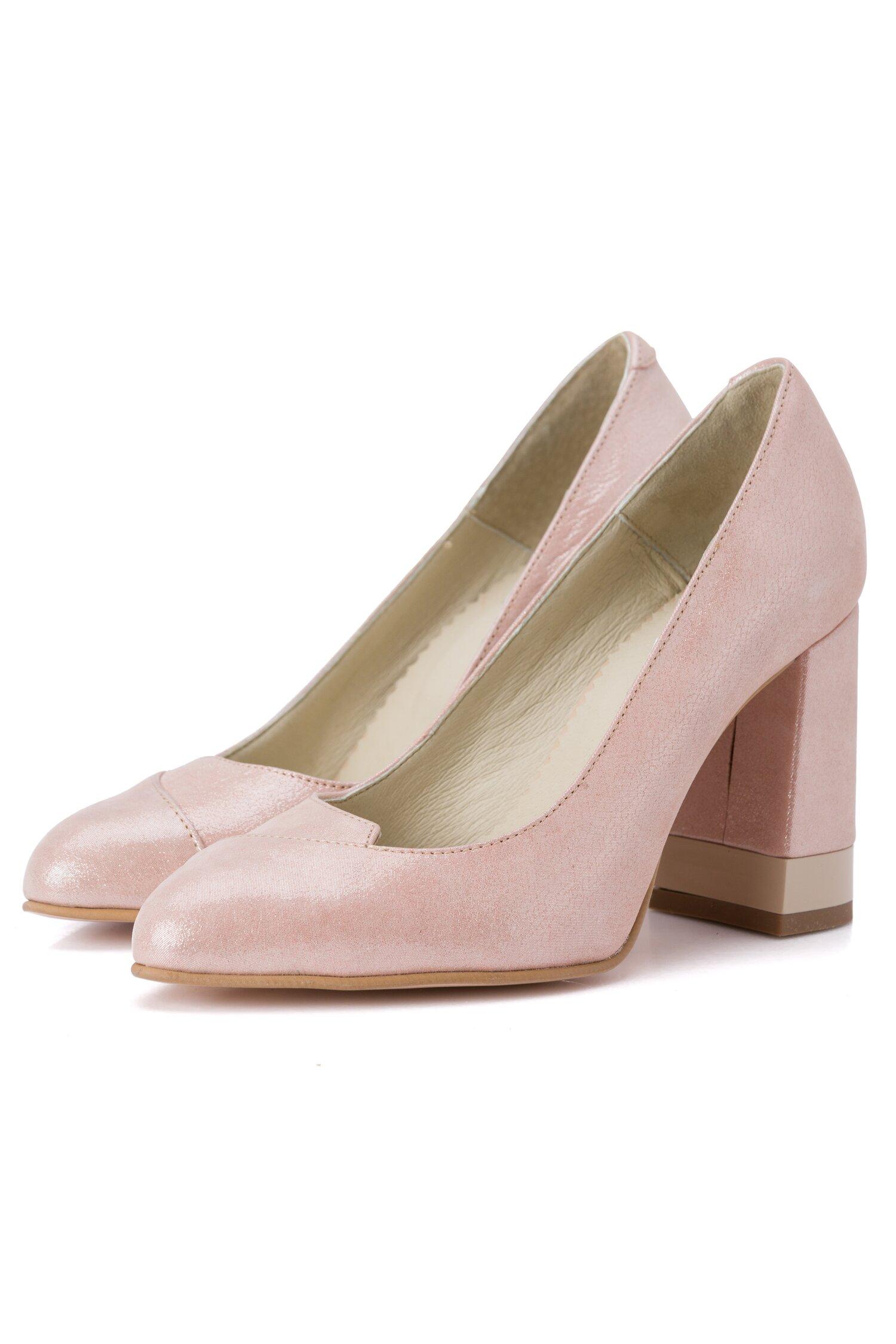 Pantofi bej sidefat cu toc gros si detalii stralucitoare imagine