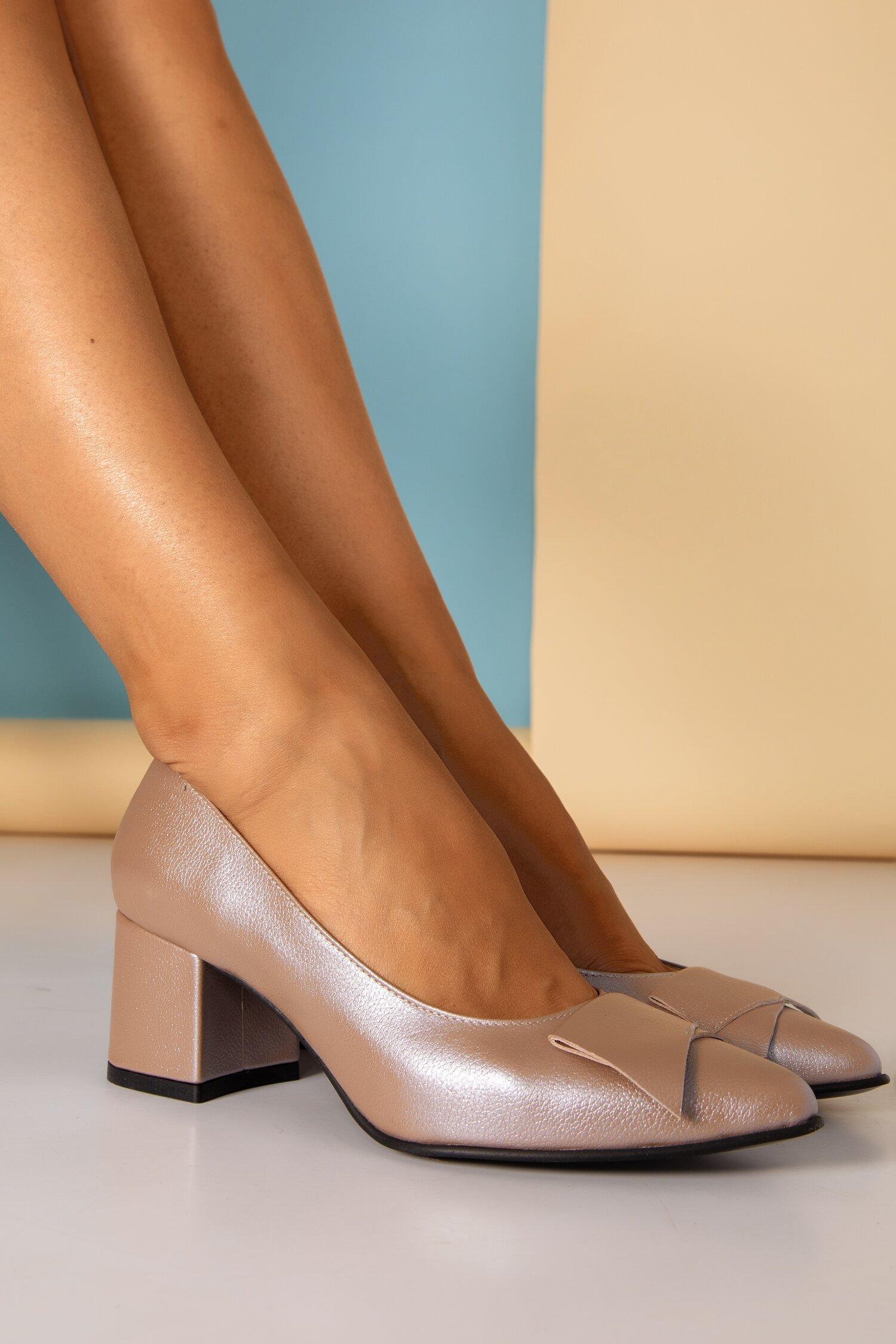 Pantofi bej sidefati cu detaliu aplicat