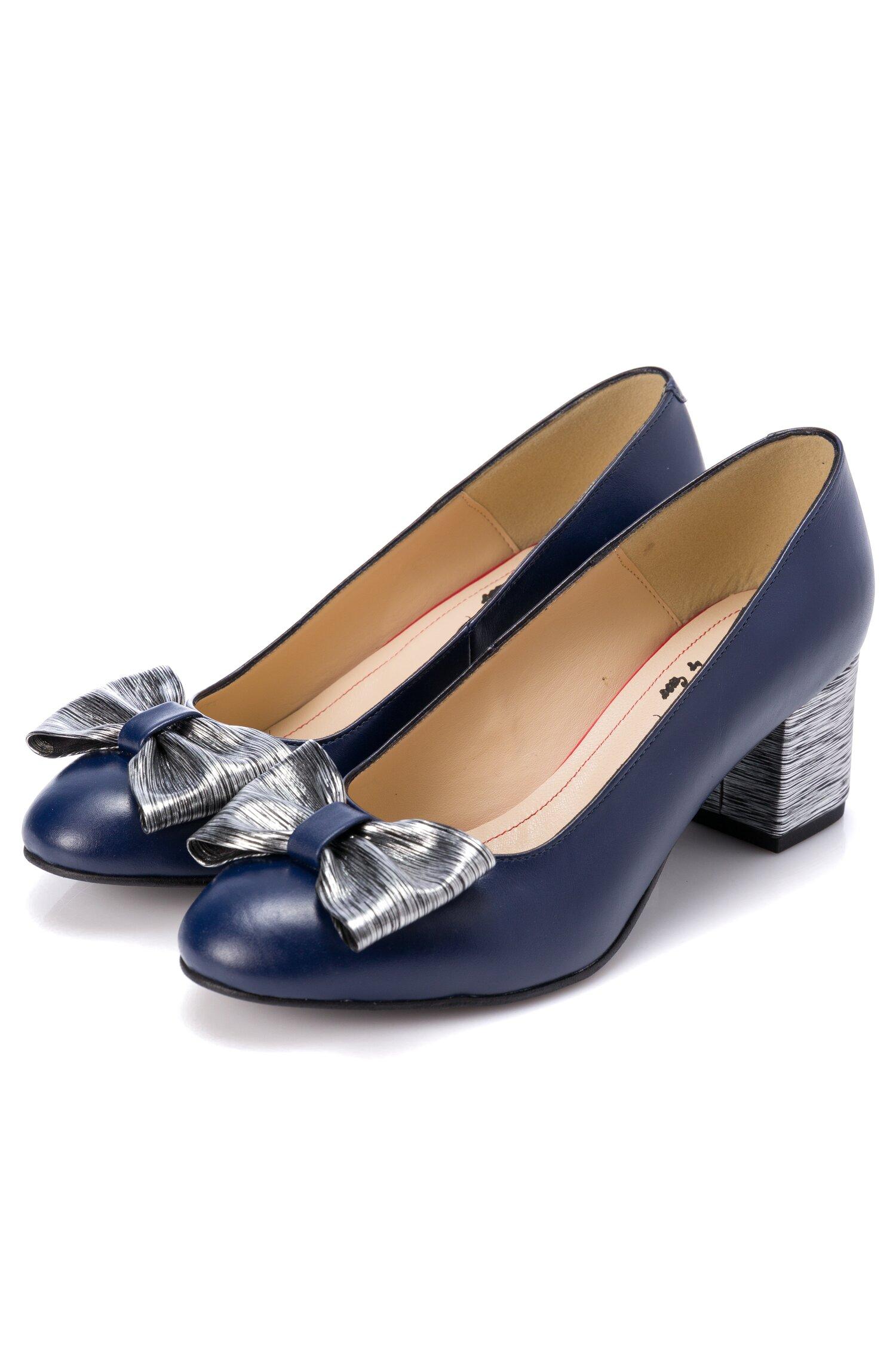 Pantofi bleumarin cu fundita maxi argintie in fata