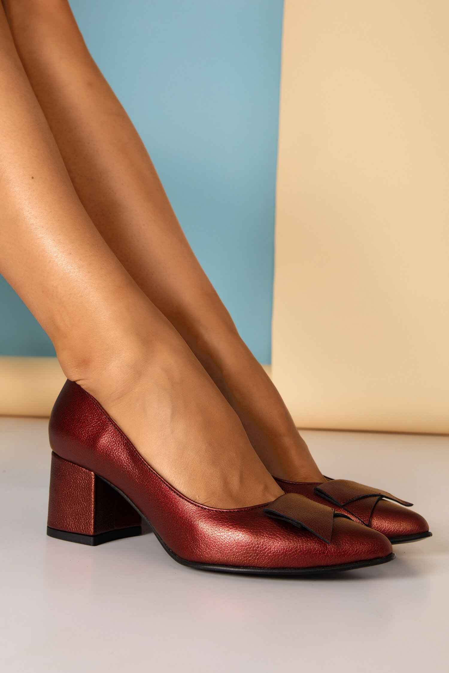 Pantofi bordo sidefati cu detaliu aplicat imagine