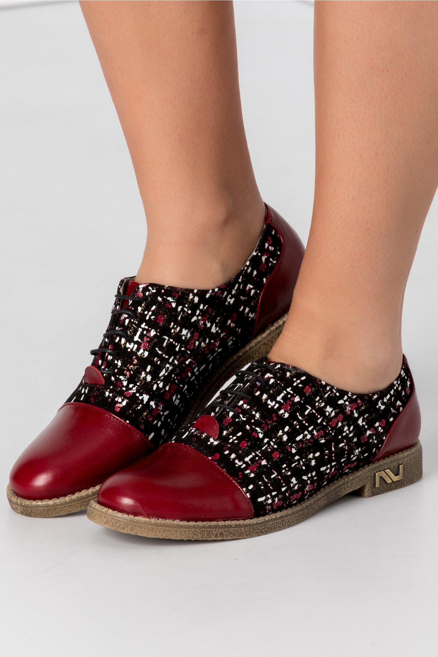 Pantofi casual bordo cu imprimeu abstract