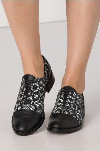 Pantofi casual negri din piele naturala cu imprimeu alb tip piele de sarpe