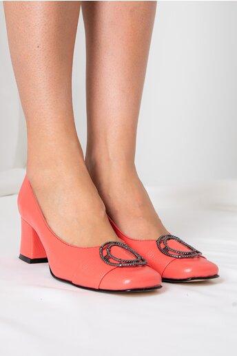 Pantofi corai cu accesoriu metalic pe varf