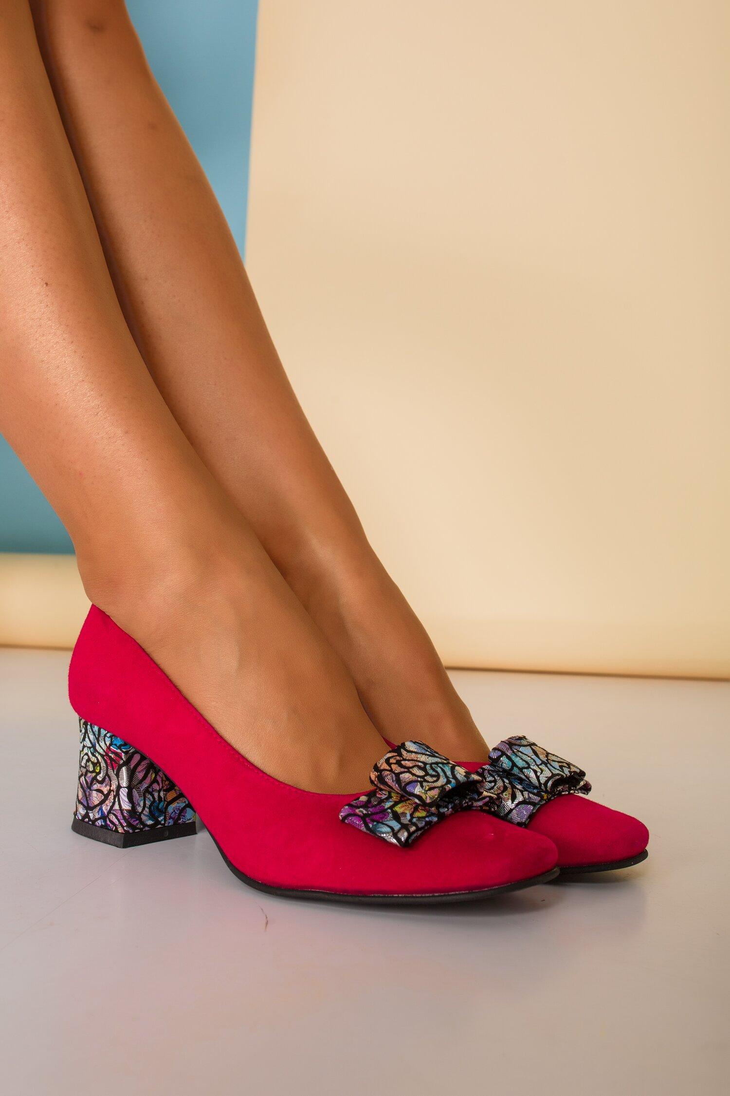 Pantofi dama fucsia din piele intoarsa office cu imprimeu multicolor pe funda si toc