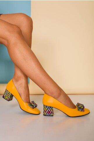 Pantofi dama galbeni din piele naturala office cu imprimeu multicolor pe funda si toc