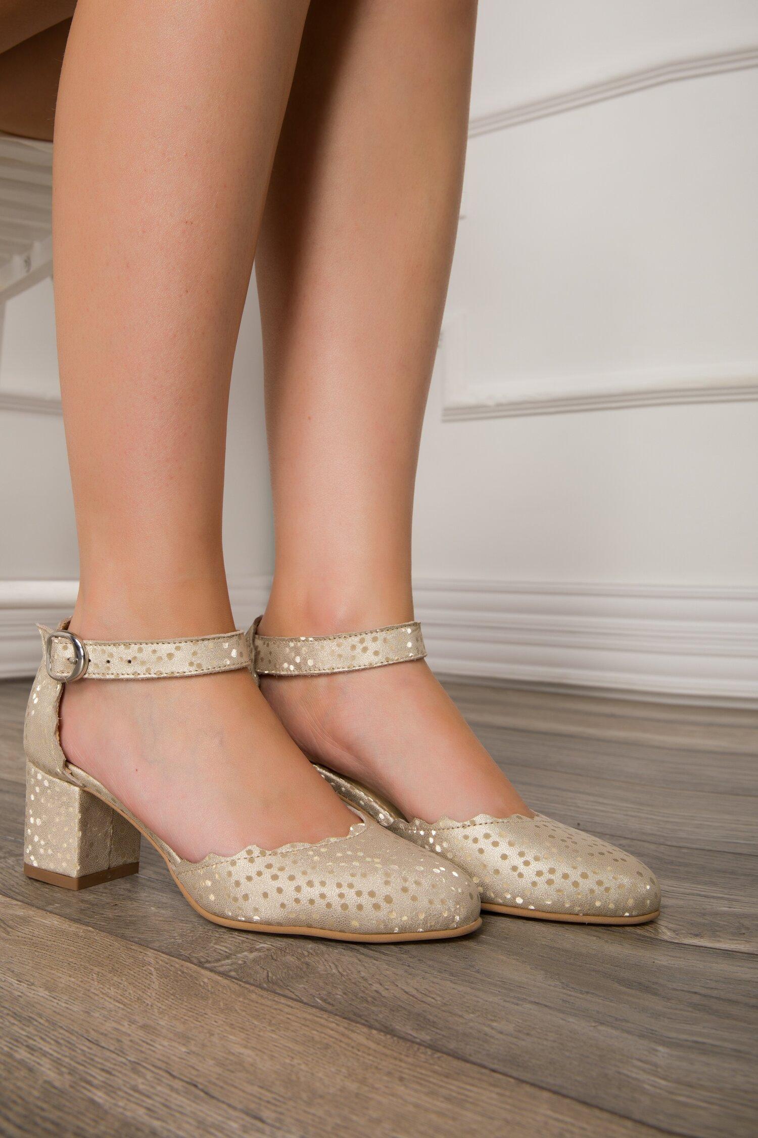 Pantofi decupati bej sidefat cu buline aurii imagine