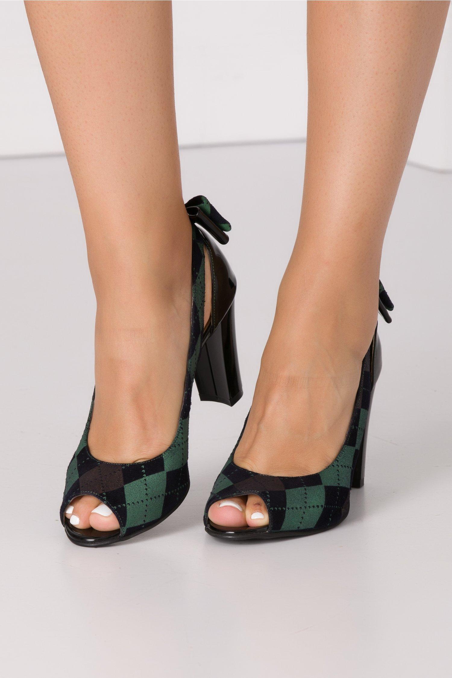 Pantofi decupati cu carouri verzi si fundita la spate