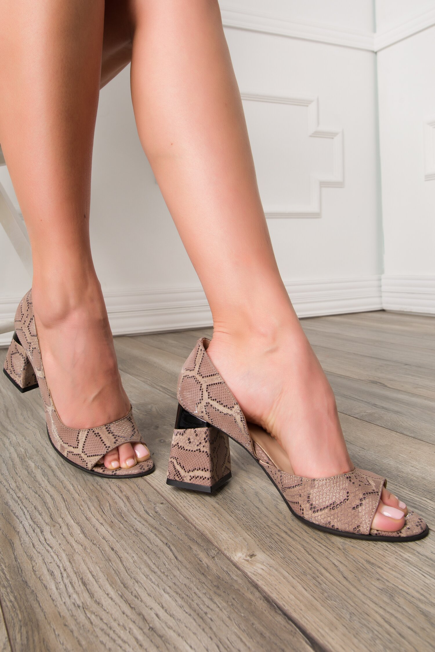 Pantofi decupati maro cu snake print imagine