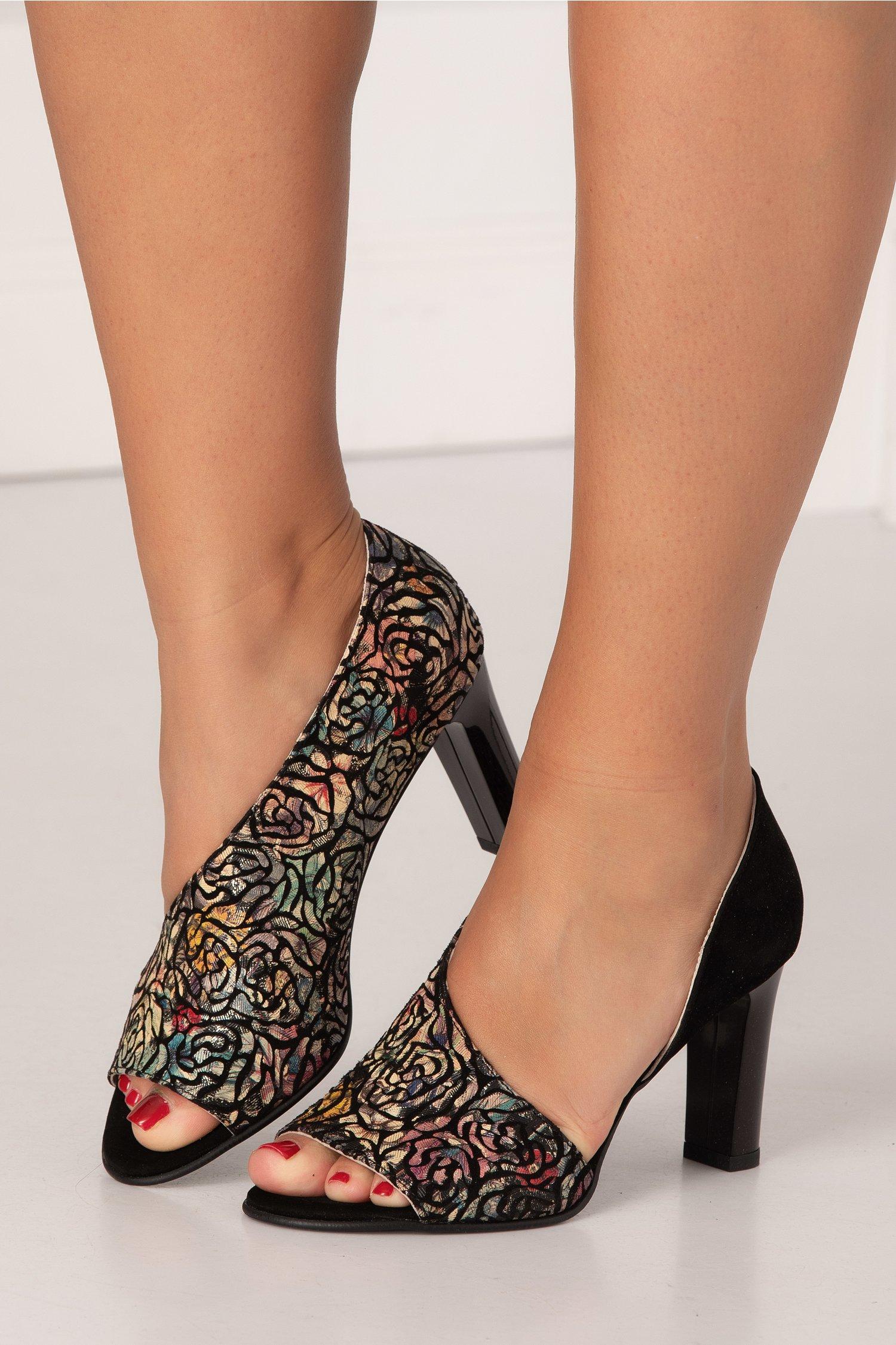 Pantofi decupati negri din piele intoarsa cu insertie imprimata