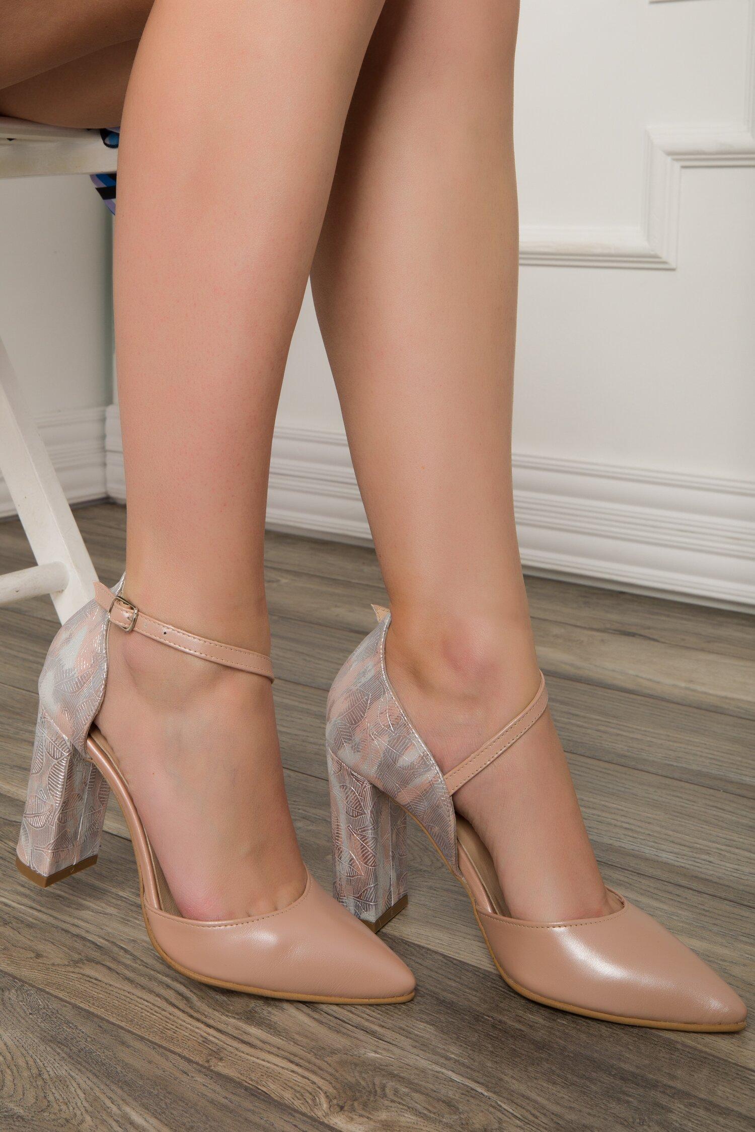 Pantofi decupati roz prafuit perlat cu imprimeu tip frunze cu reflexii metalizate