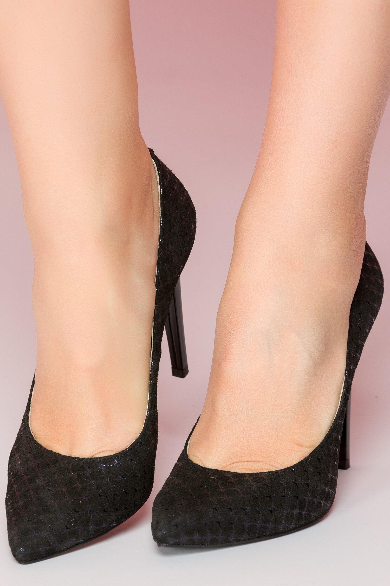 Pantofi eleganti cu buline negre catifelate si reflexii bleumarin