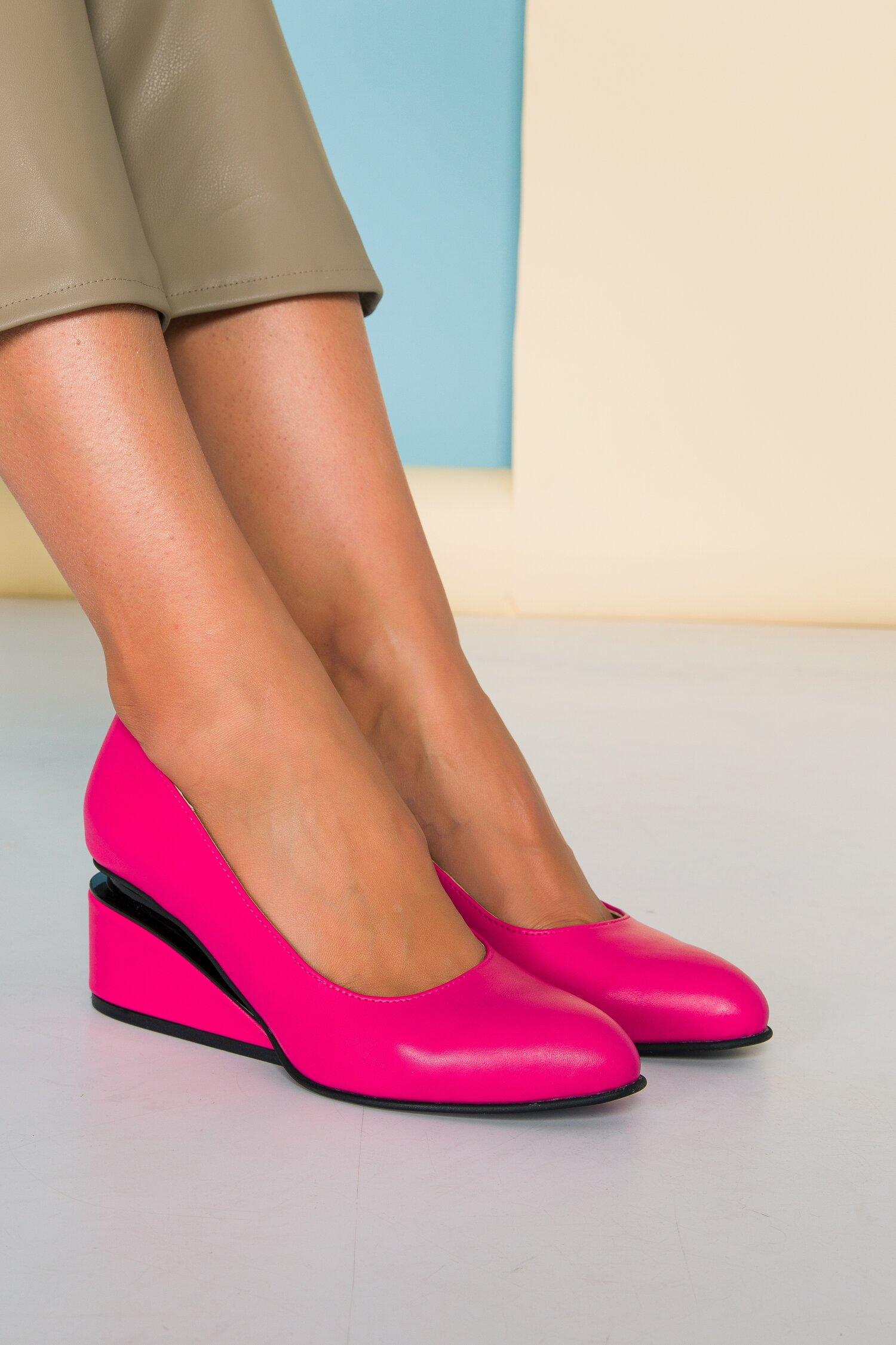 Pantofi fucsia cu toc futurist din piele naturala imagine