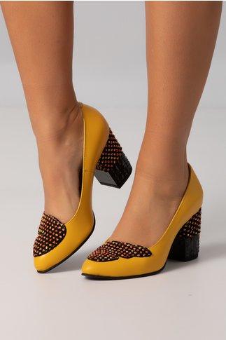 Pantofi galbeni cu aplicatii colorate pe toc si varf