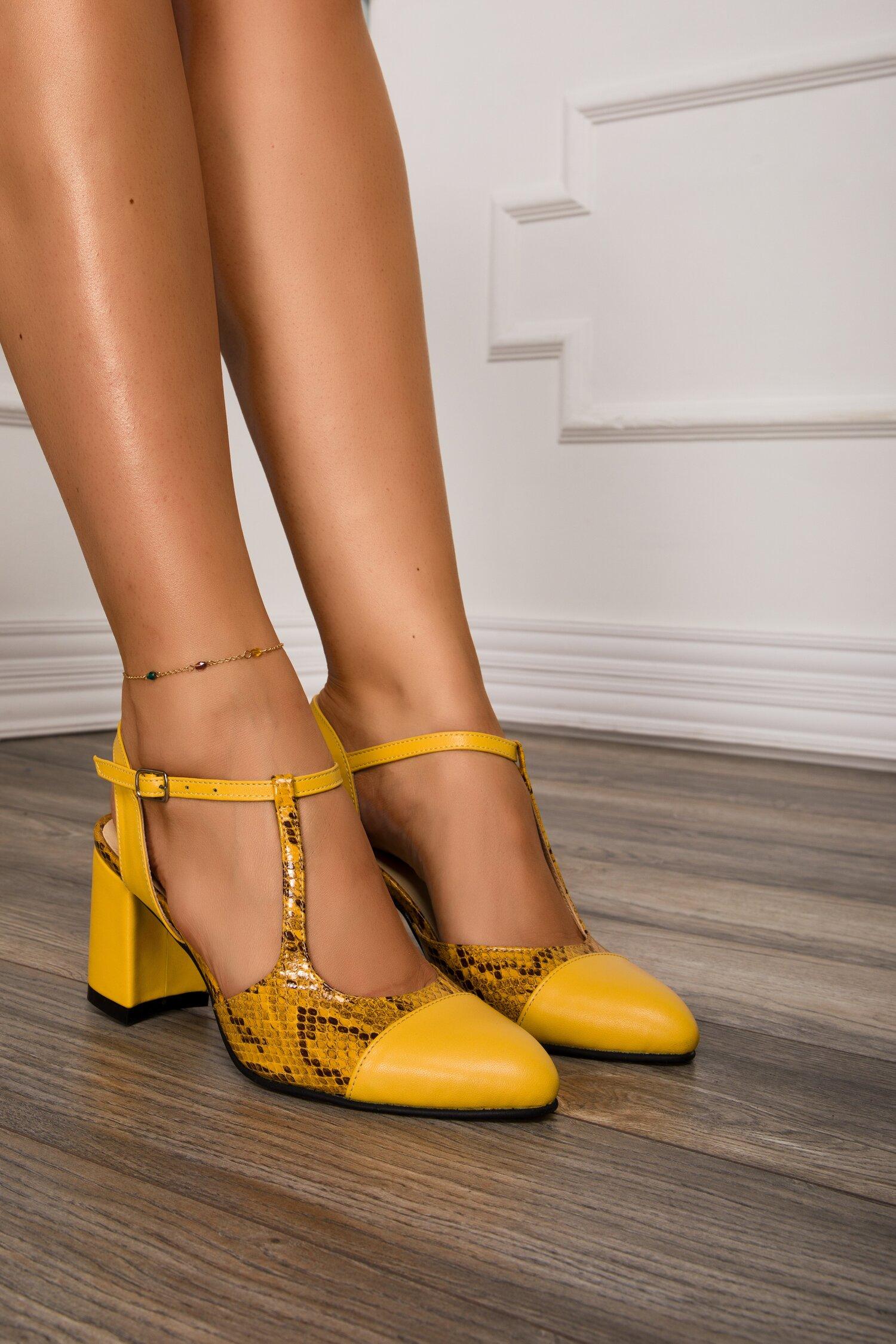 Pantofi galbeni cu decupaj la calcai si imprimeu snake imagine