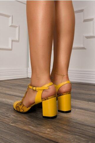 Pantofi galbeni cu decupaj la calcai si imprimeu snake