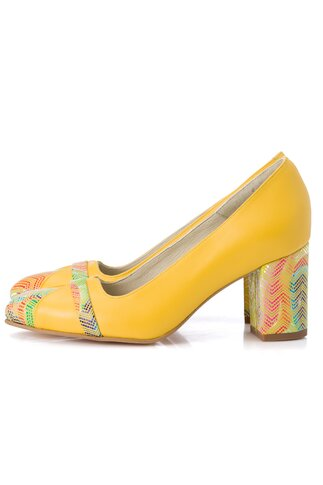 Pantofi galbeni cu imprimeuri colorate in zona varfului si a tocului