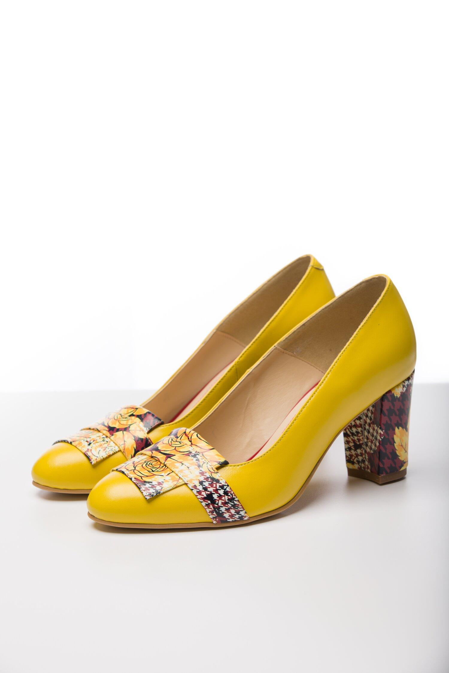 Pantofi galbeni cu insertii florale pe varf si pe toc imagine