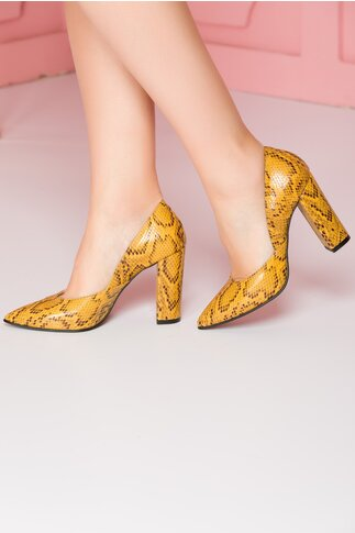 Pantofi galbeni cu snake print si design petrecut in laterale