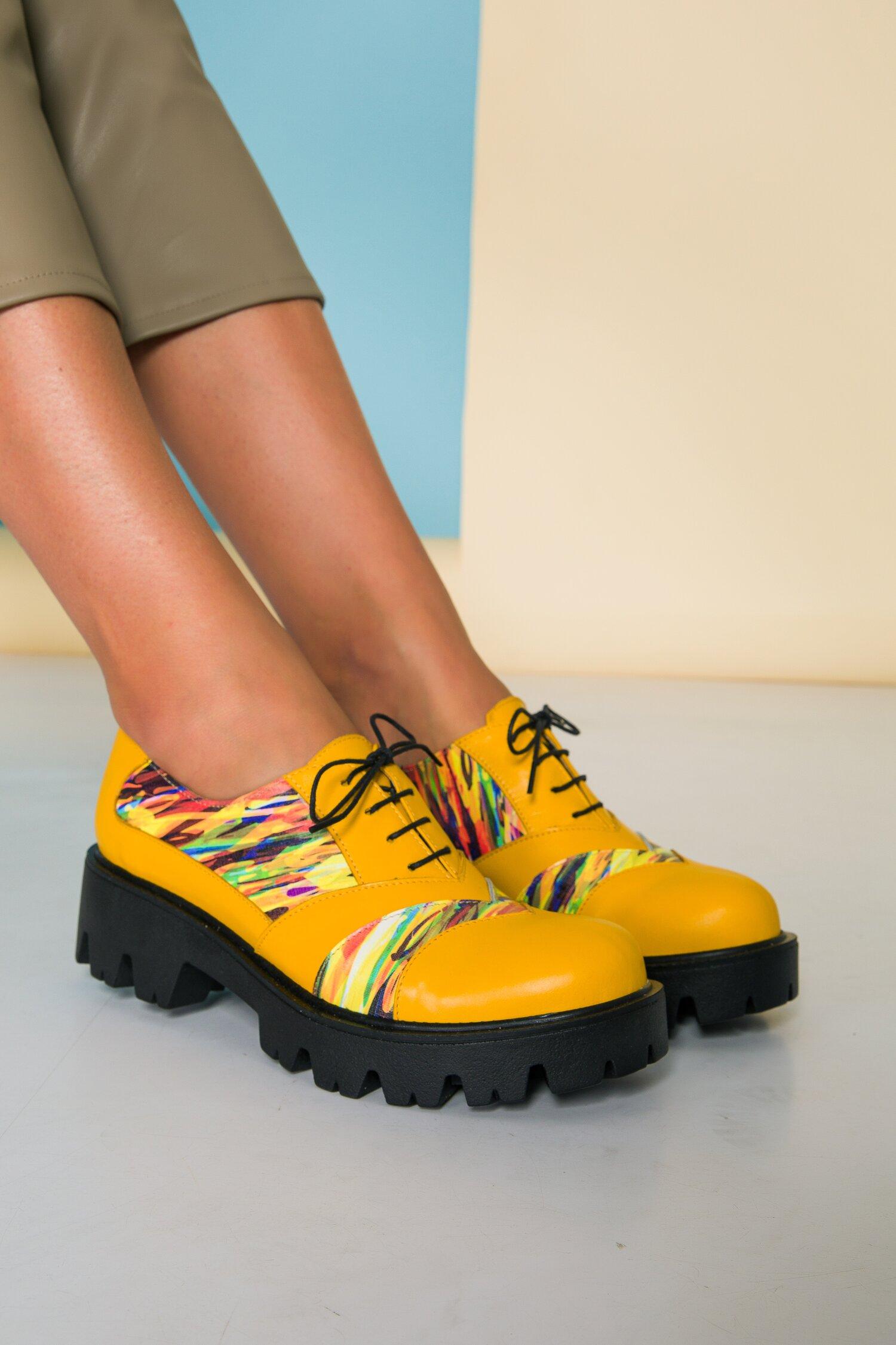 Pantofi galbeni cu talpa groasa si imprimeu multicolor