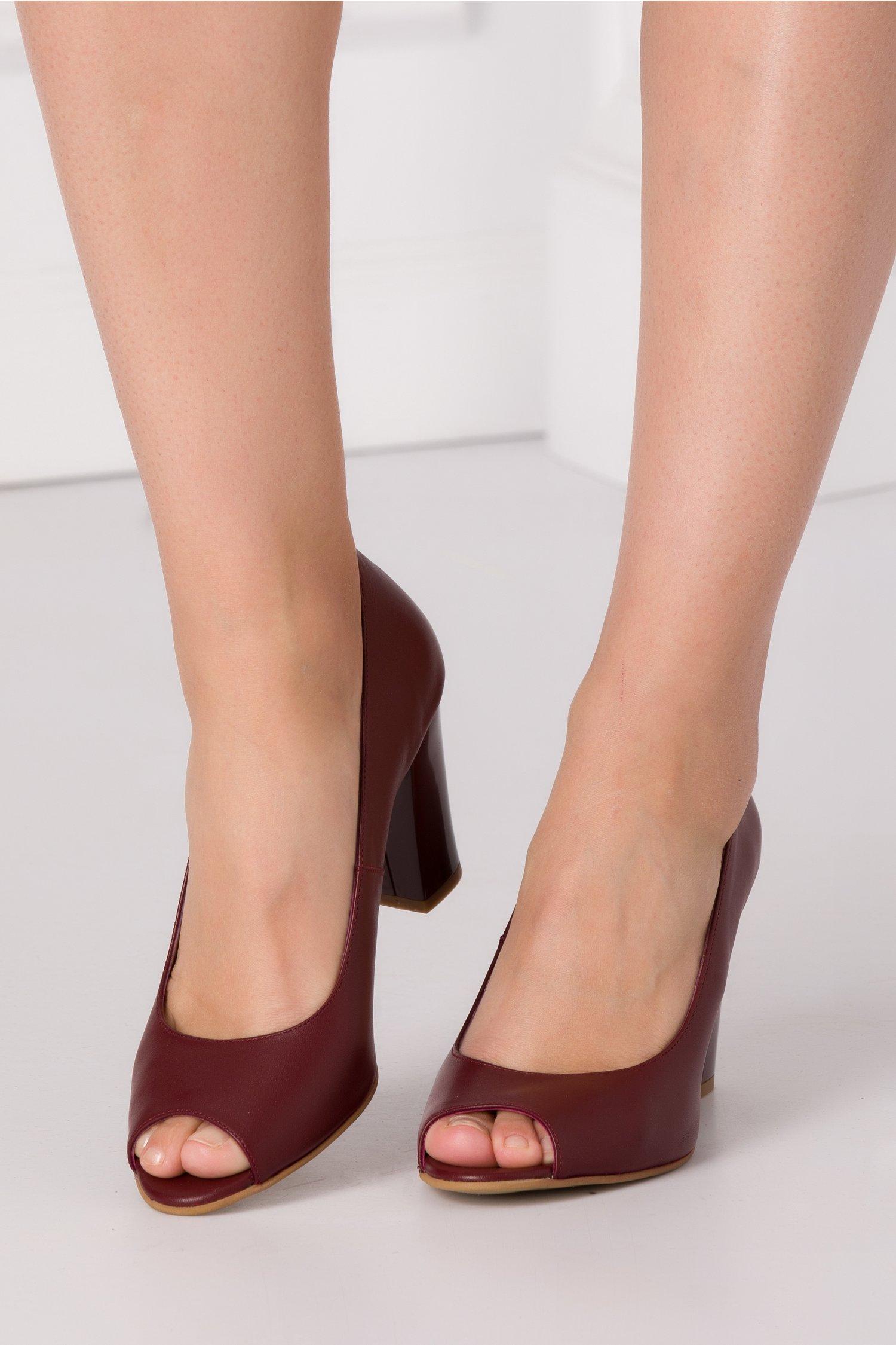 Pantofi grena decupati in fata