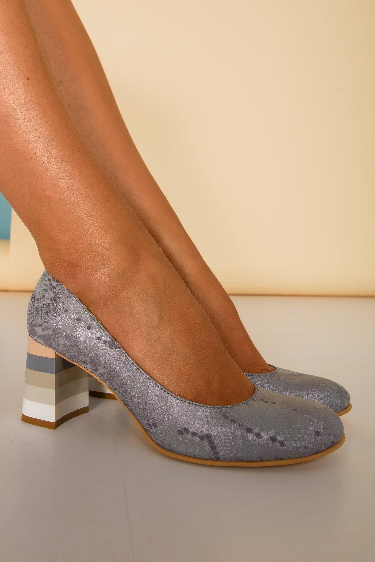 Pantofi gri cu imprimeu tip snake si toc lacuit cu imprimeu in dungi imagine