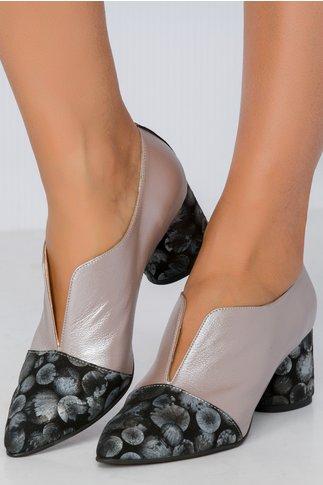 Pantofi gri perlat cu decupaj si imprimeu pe toc si varf