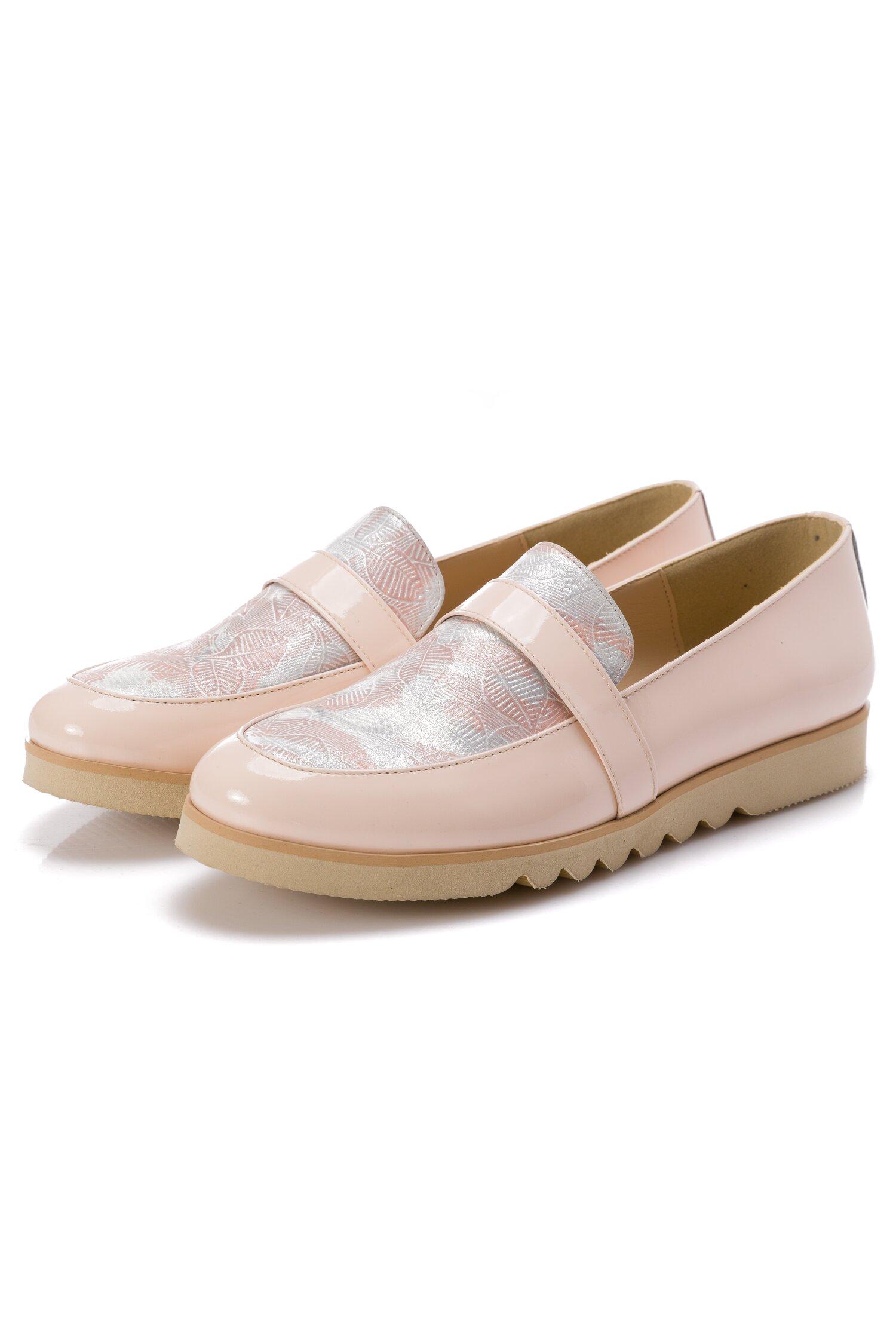 Pantofi josi nude din piele lacuita si banda decorativa