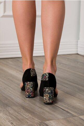 Pantofi negri cu decupaj in fata si lateral si imprimeu pe toc