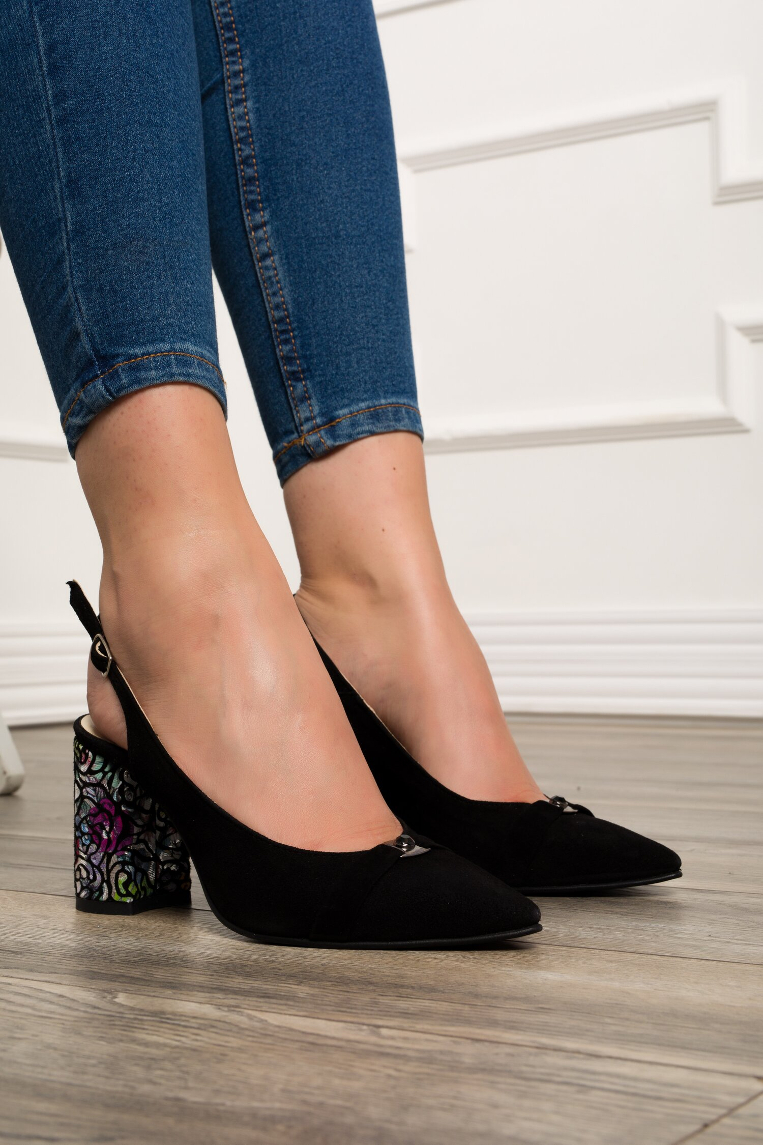 Pantofi negri cu decupaj la calcai si toc colorat