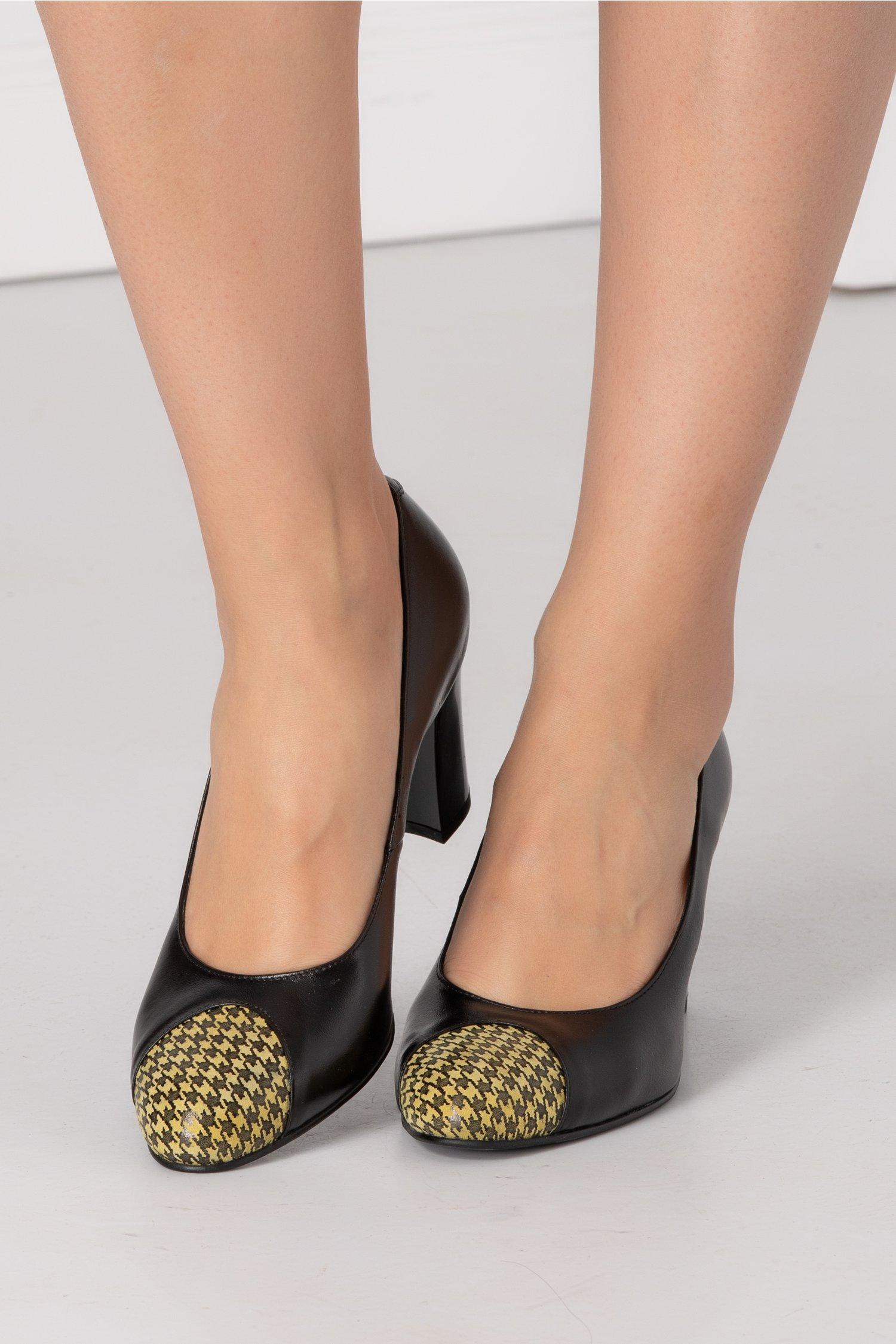 Pantofi negri cu imprimeu galben la varf