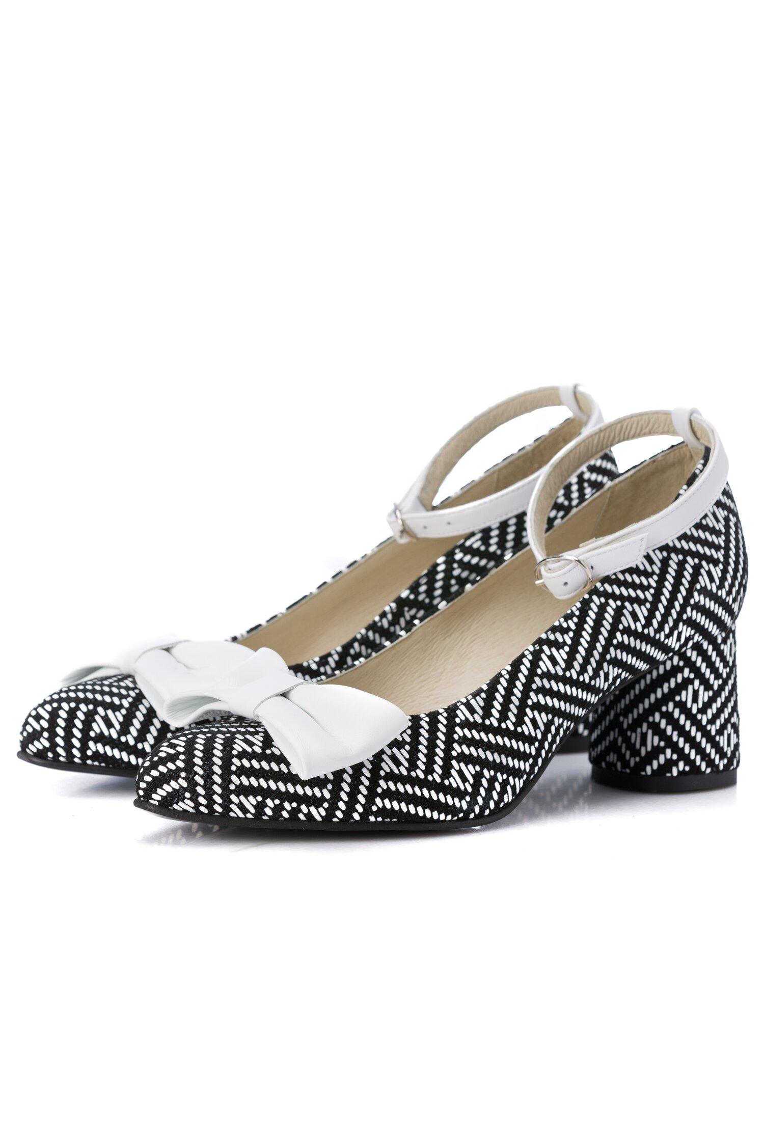 Pantofi negri cu imprimeuri albe cu bareta si fundita