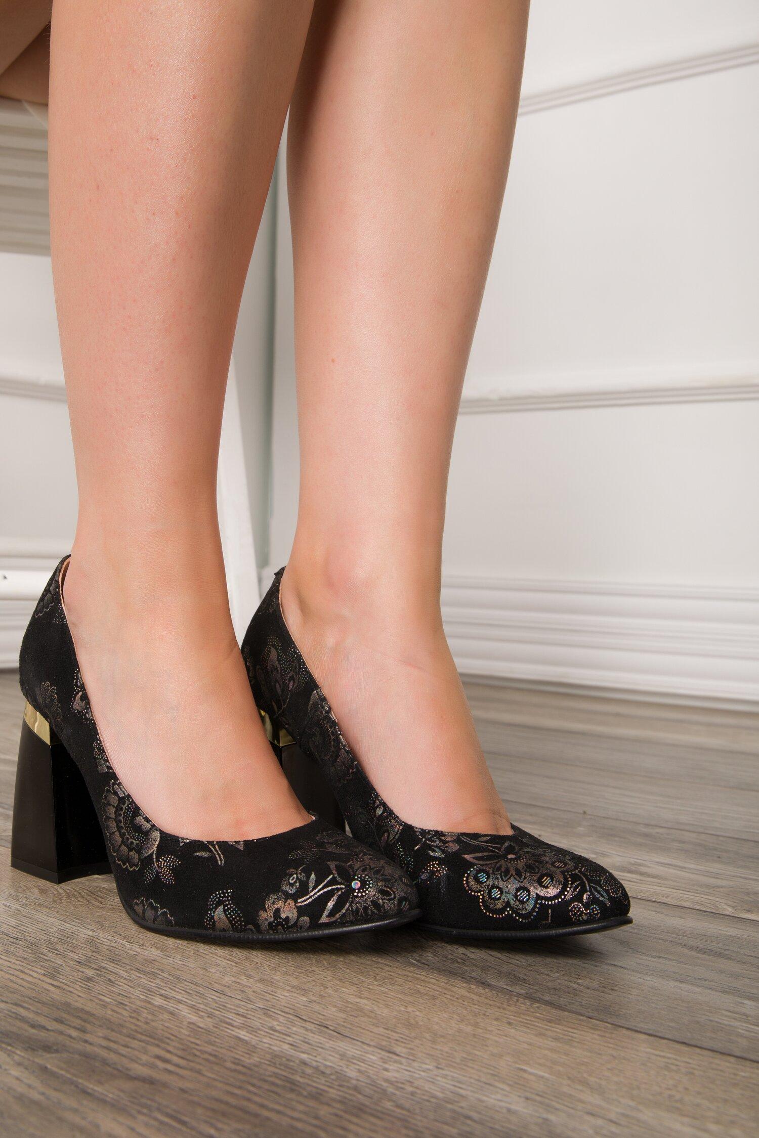 Pantofi negri cu imprimeuri florale stralucitoare si toc lacuit usor rotunjit