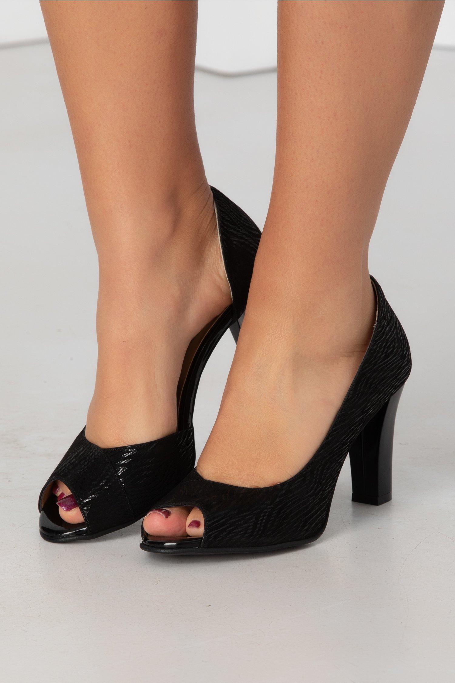 Pantofi negri cu insertii metalizate si decupaj la varf