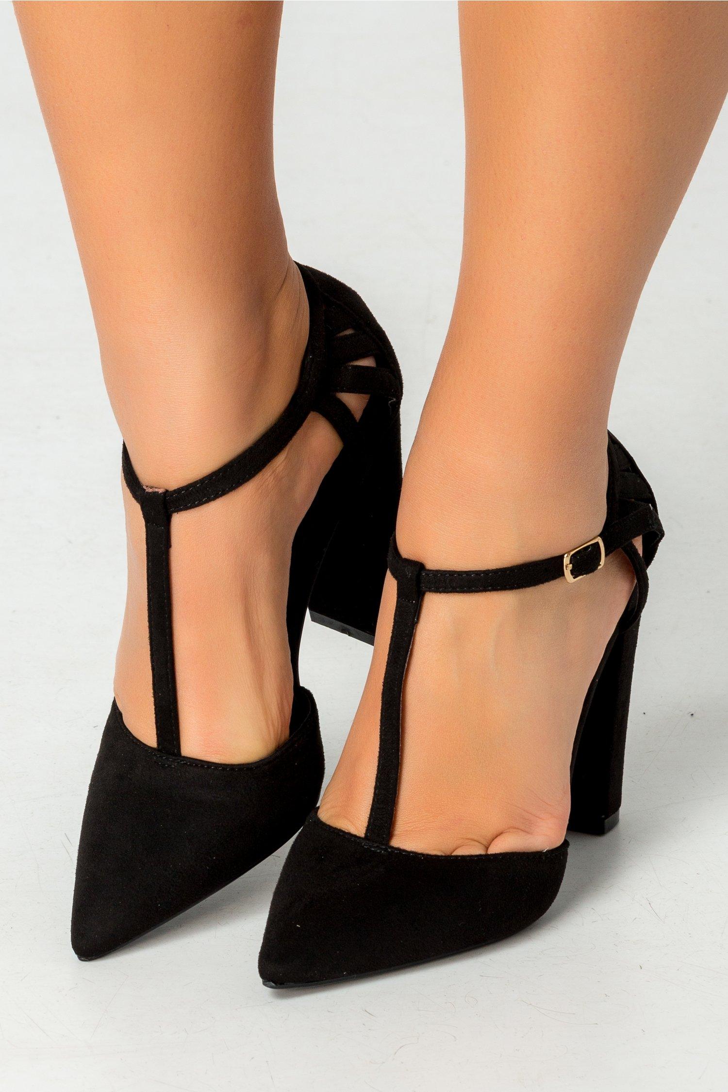 Pantofi negri cu varful ascutit si decupaje la spate