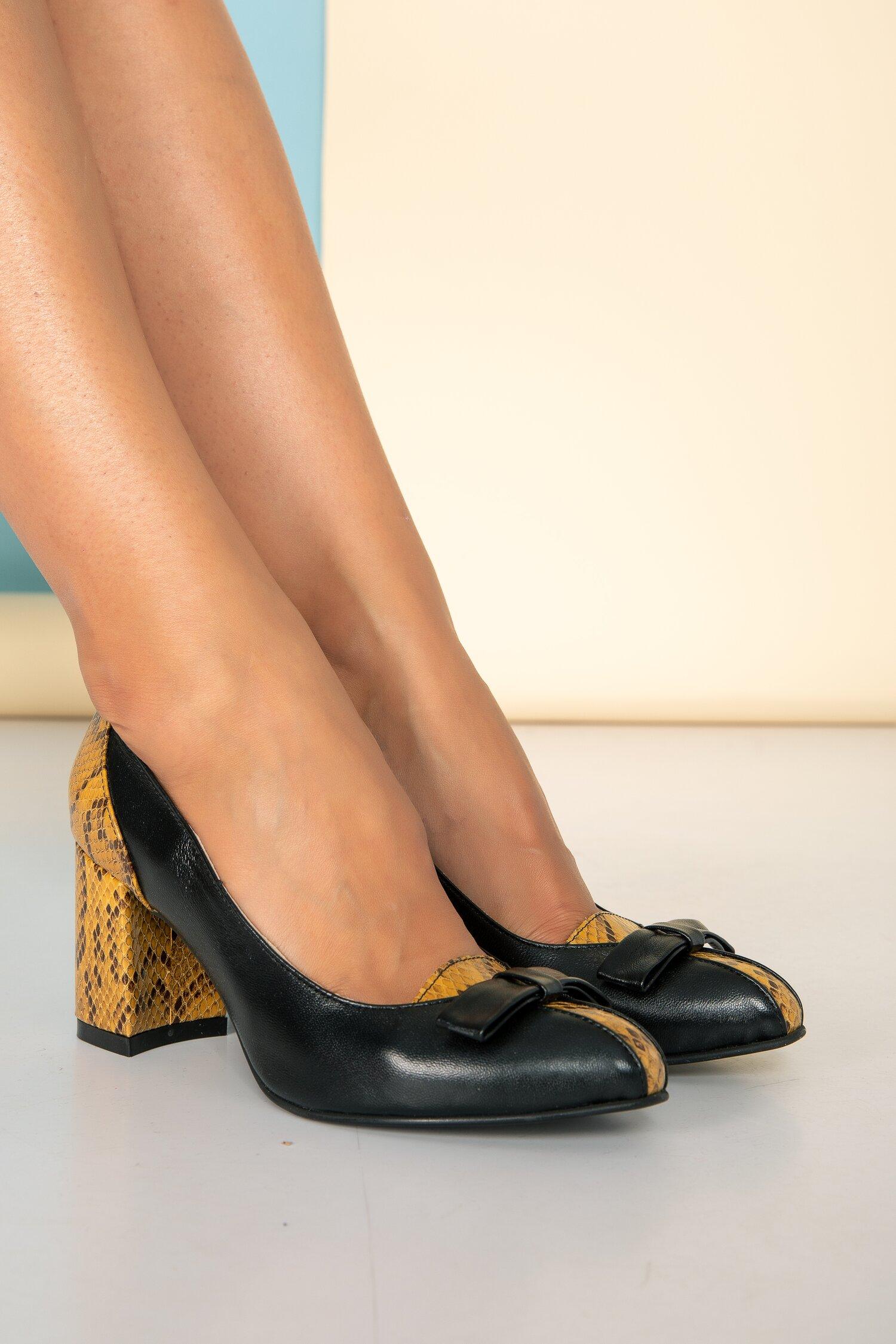 Pantofi negri din piele cu fundita pe varf cu imprimeu snake imagine