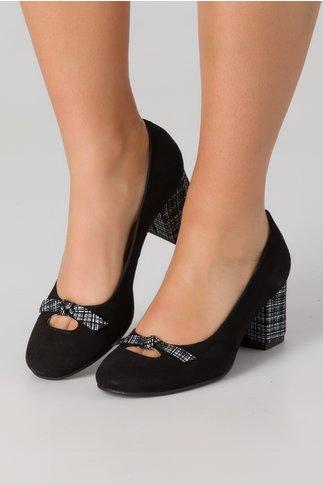Pantofi negri din piele intoarsa cu decupaj, fundita si imprimeu alb-negru