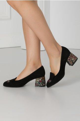 Pantofi negri din piele intoarsa cu insertii florale colorate pe toc si in fata
