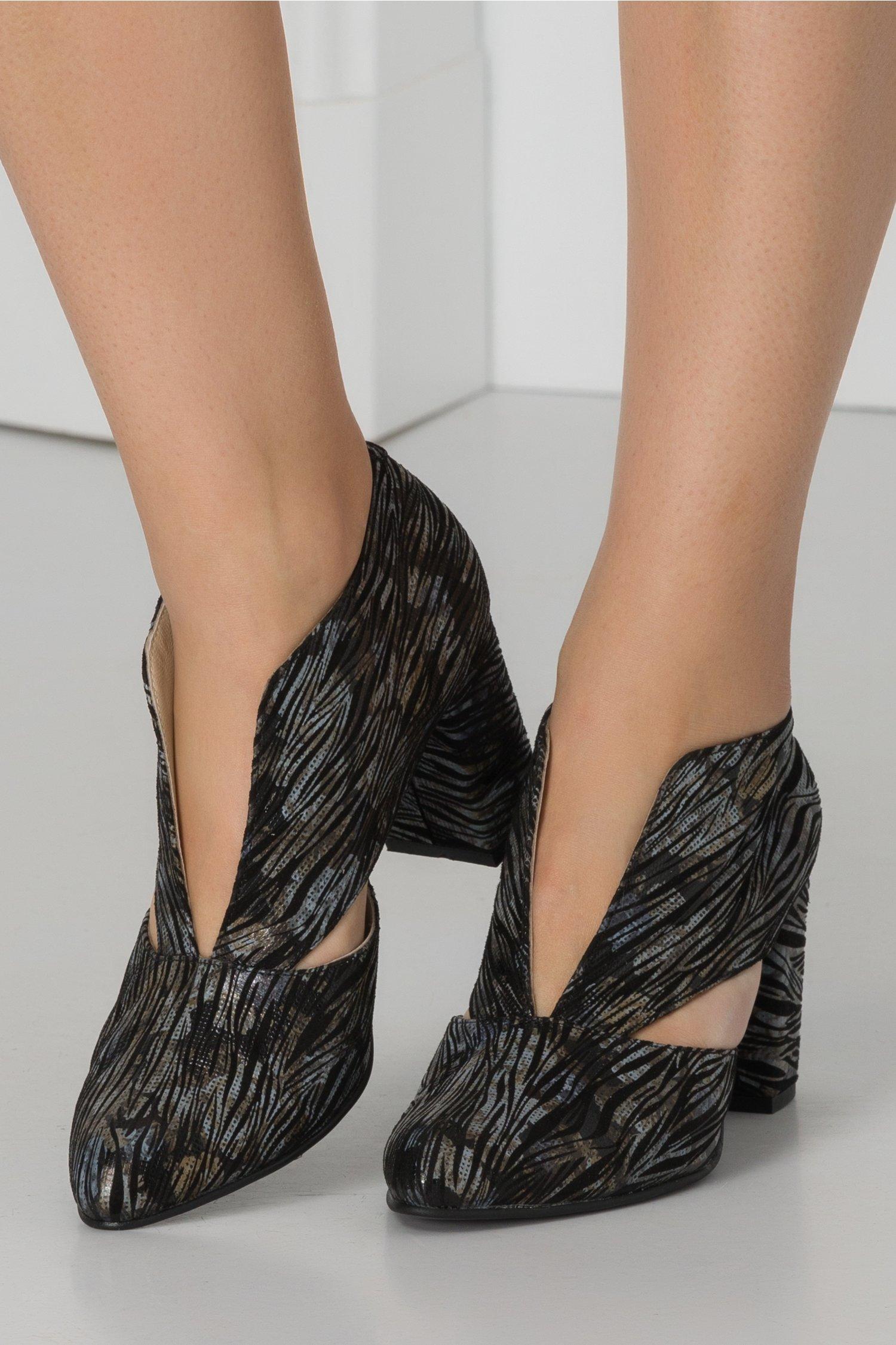 Pantofi negri din piele intoarsa cu print tip zebra