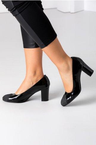 Pantofi negri lacuiti cu buline la varf