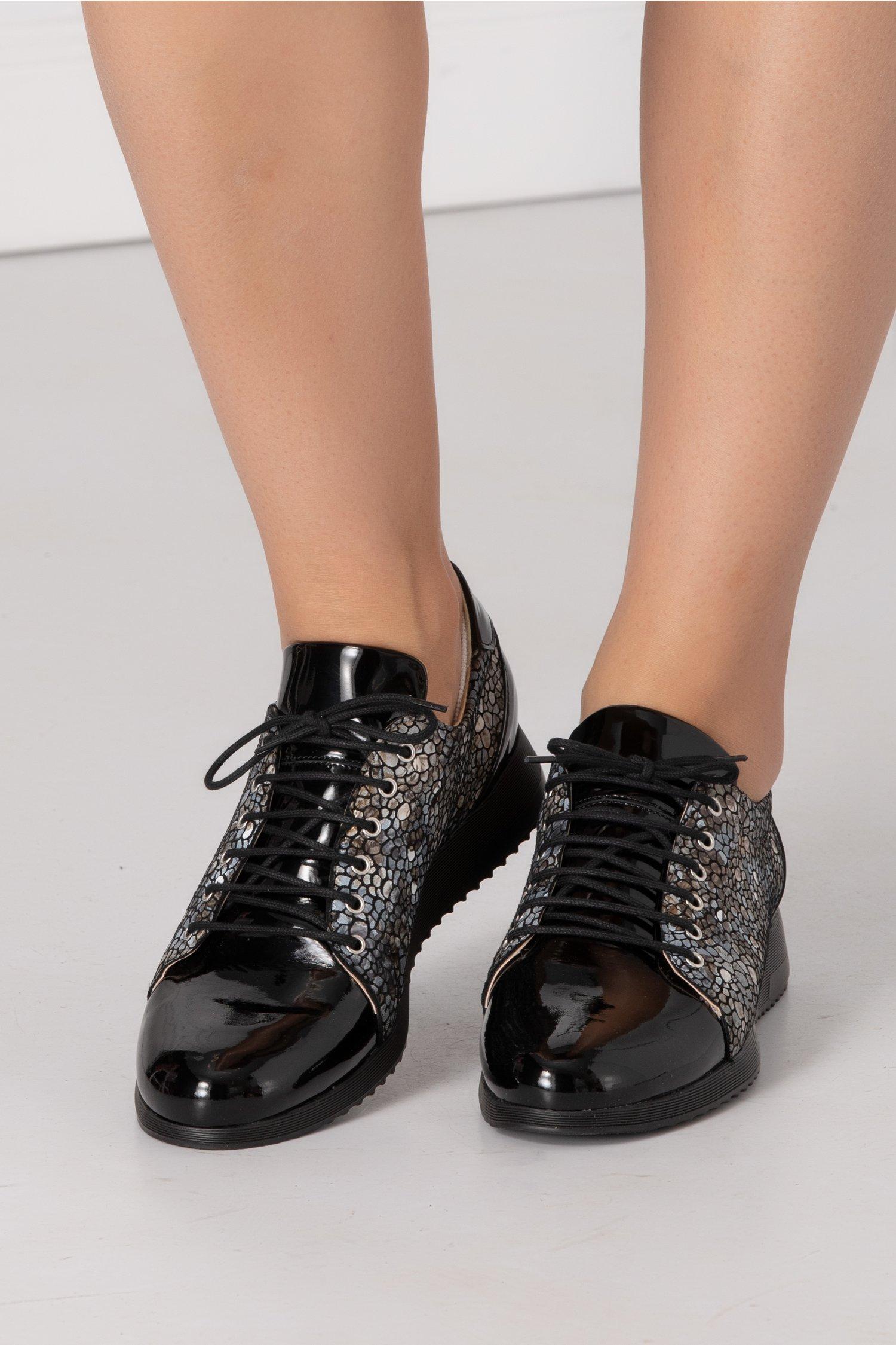 Pantofi negri lacuiti cu imprimeu mozaic pe laterale