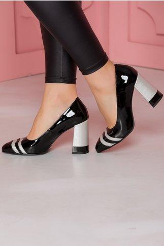 Pantofi negri lacuiti cu toc gros si detalii argintii