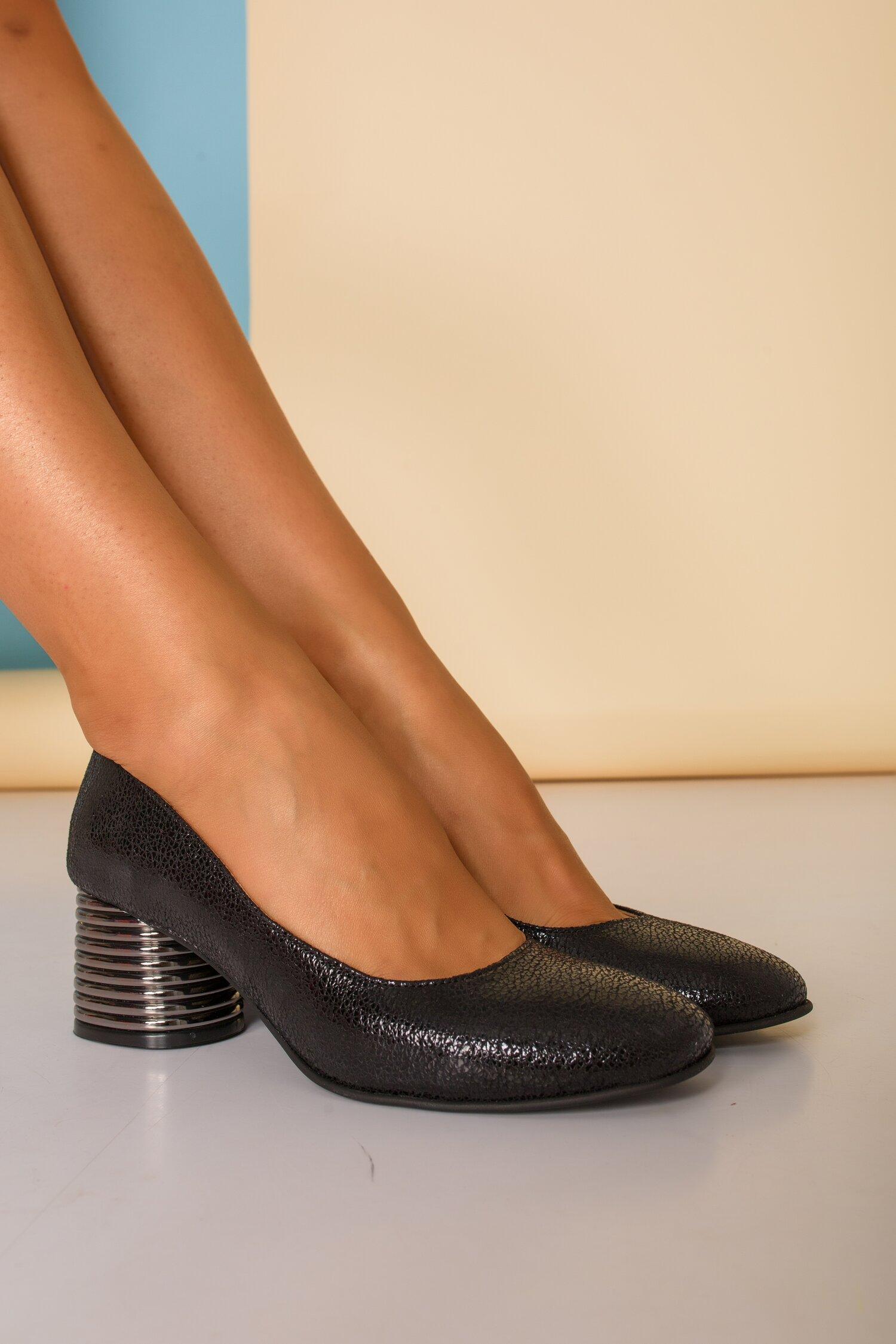 Pantofi negri sidefati cu toc gros imagine